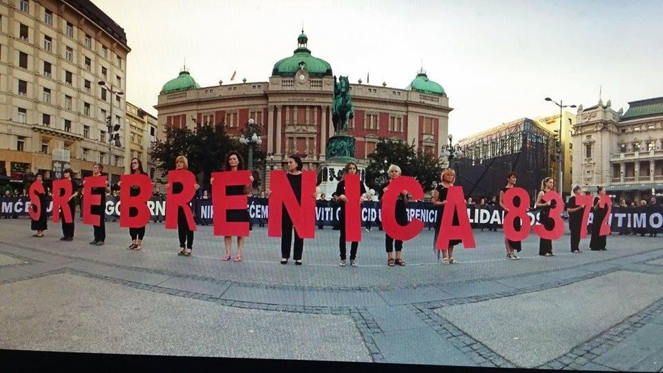 Srebrenica letras rojas